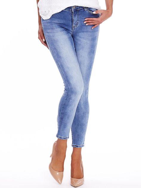 Niebieskie jeansy z guzikami na nogawkach                              zdj.                              1