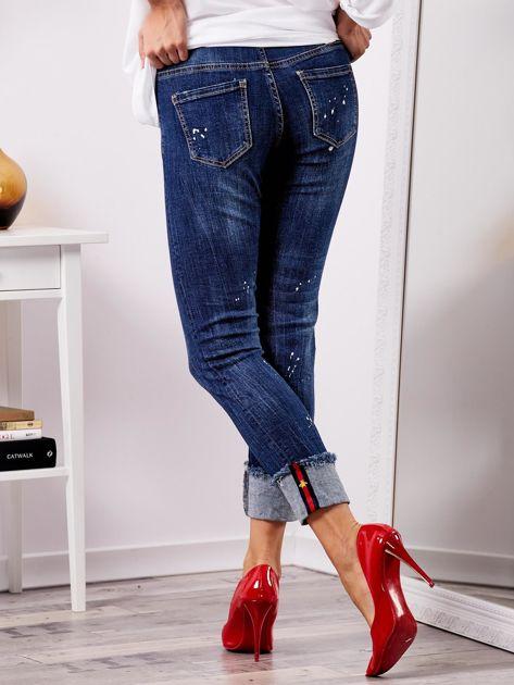 Niebieskie jeansy z podwijanymi nogawkami                              zdj.                              3