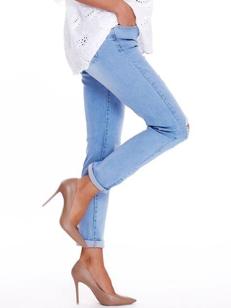 Niebieskie jeansy z przedarciami na kolanach                              zdj.                              3