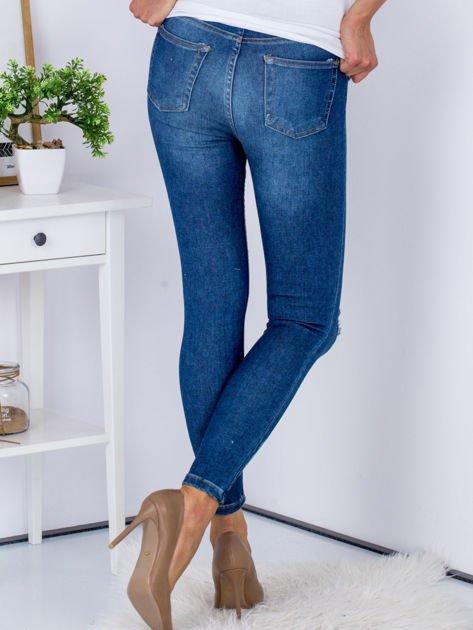 Niebieskie jeansy z rozcięciami na kolanach                              zdj.                              2