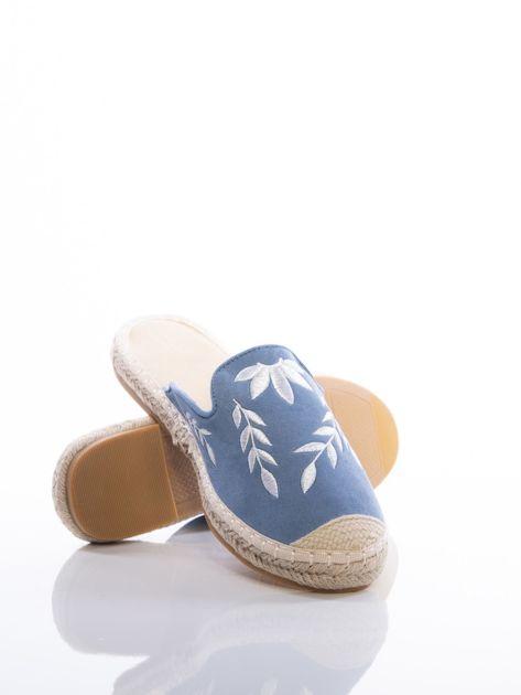 Niebieskie klapki z ecozamszu w haftowane wzory w kształcie roślin na przodzie cholewki                              zdj.                              4