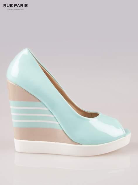 Niebieskie lakierowane buty peep toe na wzorzystym koturnie                                  zdj.                                  1