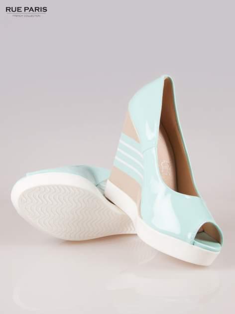 Niebieskie lakierowane buty peep toe na wzorzystym koturnie                                  zdj.                                  4