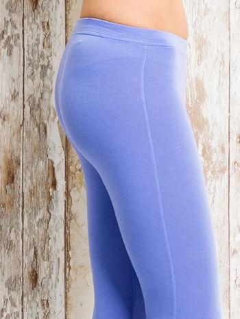 Niebieskie legginsy sportowe z aplikacją z dżetów na nogawkach                                  zdj.                                  5