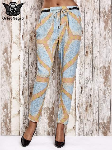 Niebieskie lejące spodnie z artystycznym nadrukiem                                  zdj.                                  1