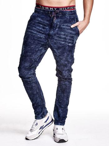 Niebieskie marmurkowe spodnie jeansowe męskie z przeszyciami                                   zdj.                                  1