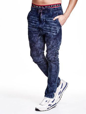 Niebieskie marmurkowe spodnie jeansowe męskie z przeszyciami                                   zdj.                                  3