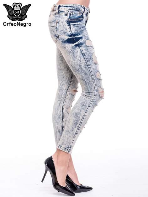 Niebieskie marmurkowe spodnie jeansowe z przetarciami                                  zdj.                                  3