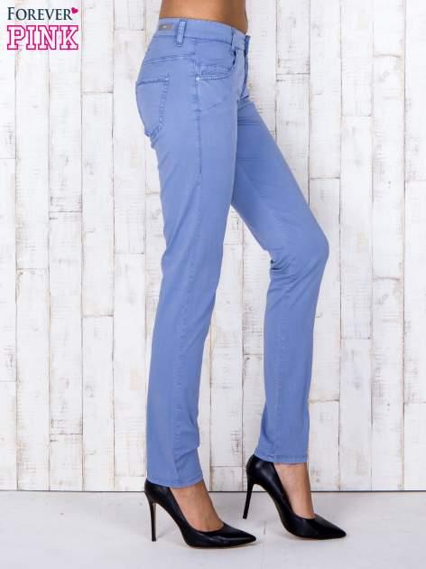 Niebieskie materiałowe spodnie regular na guziki                                  zdj.                                  3