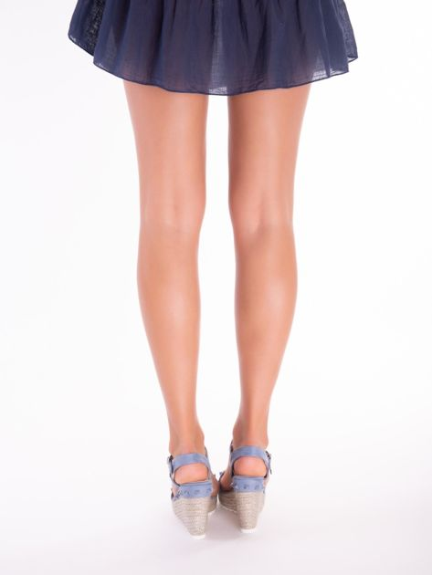 Niebieskie sandały na metalicznych koturnach z ćwiekami na przodzie                              zdj.                              5