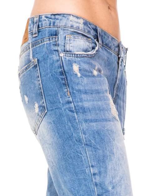 Niebieskie spodnie boyfriend jeans z przetarciami i podwijaną nogawką                                  zdj.                                  7