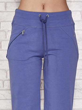 Niebieskie spodnie dresowe capri z kieszonką                                  zdj.                                  4