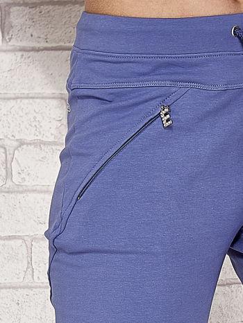 Niebieskie spodnie dresowe capri z kieszonką                                  zdj.                                  5