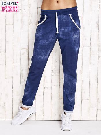Niebieskie spodnie dresowe z koronkowym wykończeniem                                  zdj.                                  1