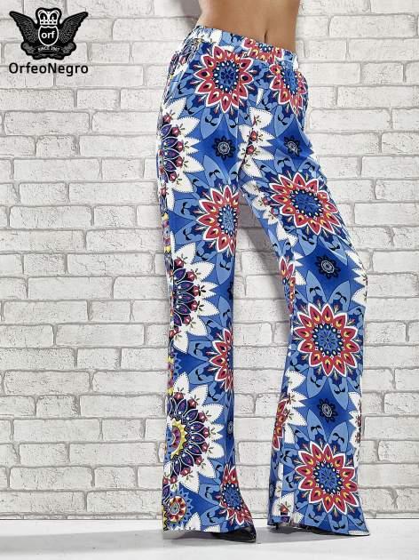 Niebieskie spodnie dzwony w etniczne wzory                                  zdj.                                  1