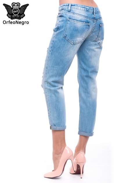 Niebieskie spodnie girlfriend jeans 7/8 z przetarciami                                  zdj.                                  4