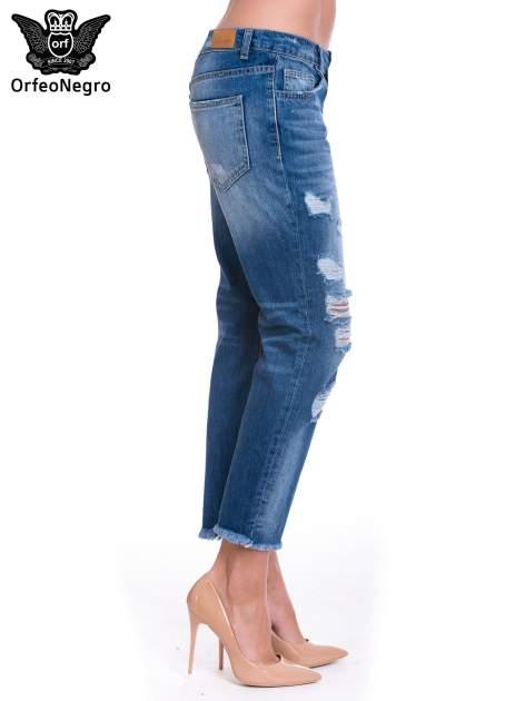 Niebieskie spodnie girlfriend jeans z poszarpaną na dole nogawką                                  zdj.                                  3