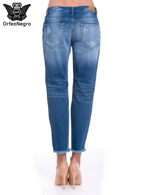 Niebieskie spodnie girlfriend jeans z poszarpaną na dole nogawką                                  zdj.                                  4