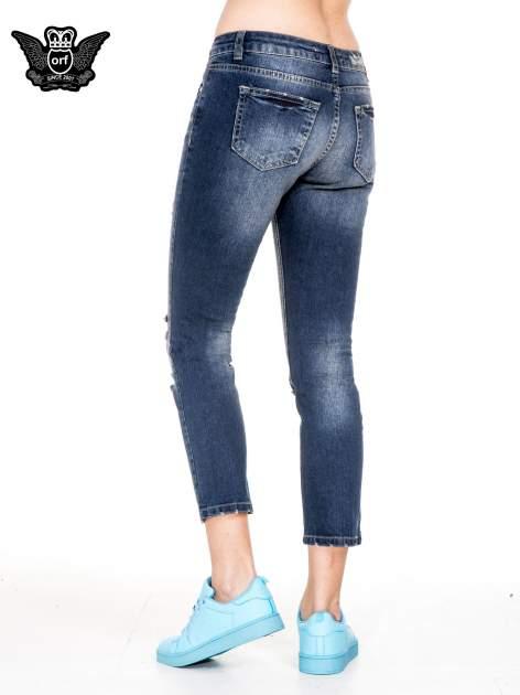 Niebieskie spodnie girlfriend jeans z rozjaśnianą nogawką i dziurami                                  zdj.                                  2