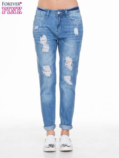 Niebieskie spodnie jeansowe boyfriendy z przetarciami