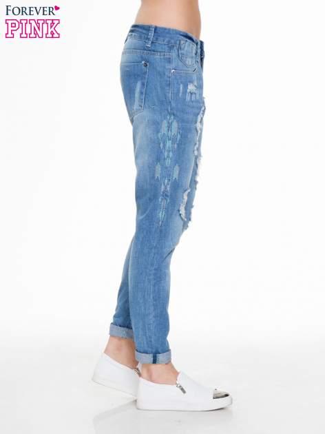 Niebieskie spodnie jeansowe boyfriendy z przetarciami                                  zdj.                                  3