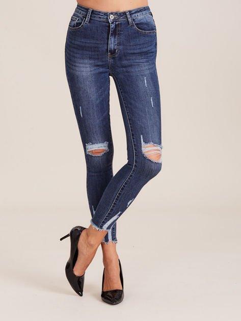 Niebieskie spodnie jeansowe damskie z przetarciami                              zdj.                              1