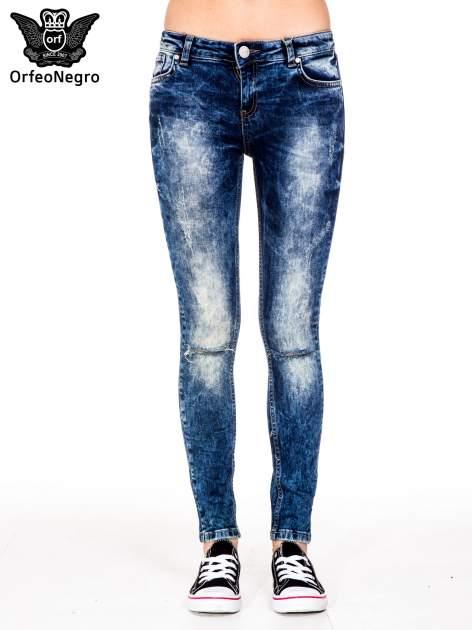 Niebieskie spodnie jeansowe rurki z cieniowaniem i rozdarciami na kolanach                                  zdj.                                  3