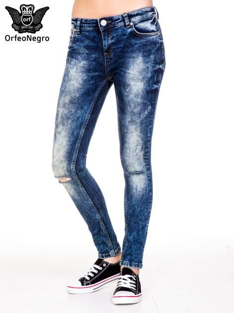 Niebieskie spodnie jeansowe rurki z cieniowaniem i rozdarciami na kolanach                                  zdj.                                  1