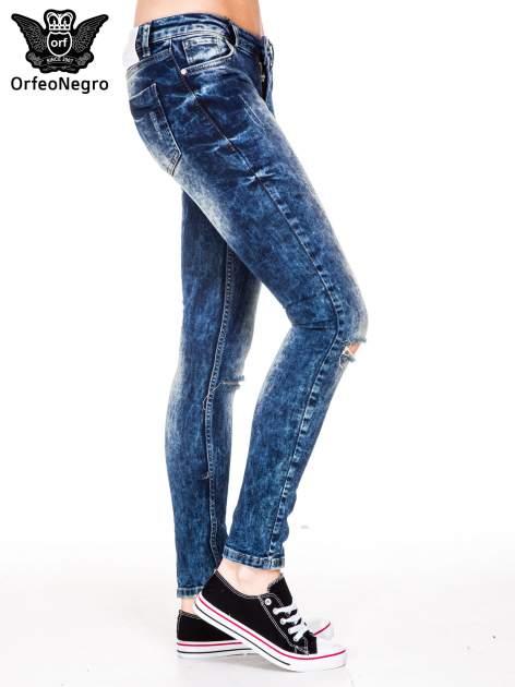 Niebieskie spodnie jeansowe rurki z cieniowaniem i rozdarciami na kolanach                                  zdj.                                  4