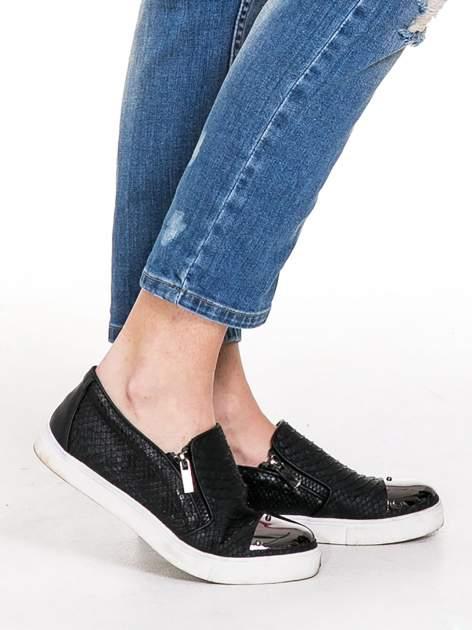 Niebieskie spodnie jeansowe rurki z dziurami i przetarciami                                  zdj.                                  7