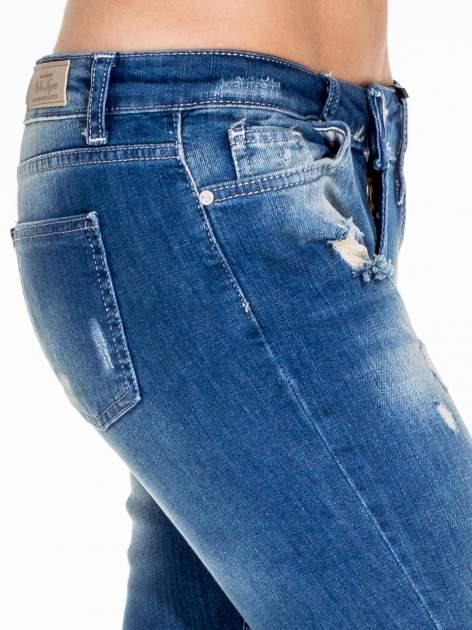 Niebieskie spodnie jeansowe rurki z dziurami na kolanach                                  zdj.                                  6