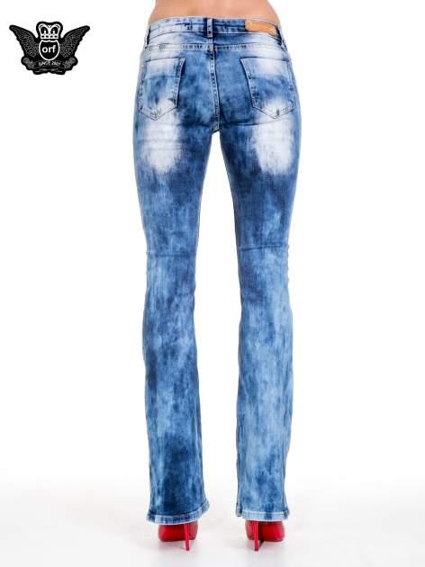 Niebieskie spodnie jeansowe rurki z rozjaśnianą i przecieraną nogawką                                  zdj.                                  5