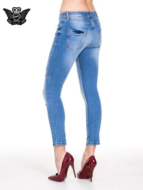 Niebieskie spodnie jeansowe z cieniowaną nogawką z przetarciami                                  zdj.                                  4