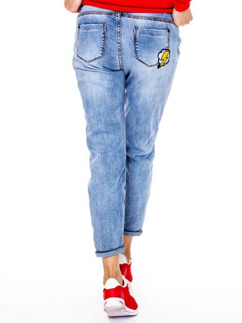 Niebieskie spodnie mom jeans z naszywkami                              zdj.                              2