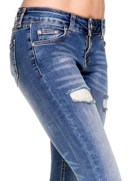 Niebieskie spodnie skinny jeans z dziurami z przodu                                  zdj.                                  7