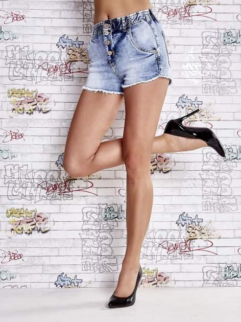 Niebieskie szorty jeansowe z postrzępioną nogawką                                  zdj.                                  2
