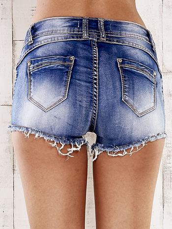 Niebieskie szorty jeansowe z postrzępionymi nogawkami