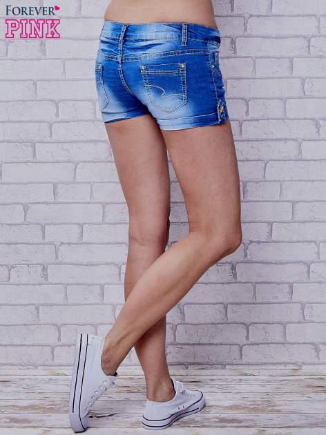 Niebieskie szorty jeansowe ze złotymi dżetami                                  zdj.                                  3