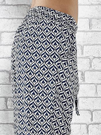 Niebieskie zwiewne spodnie alladynki we wzór geometryczny                                  zdj.                                  6