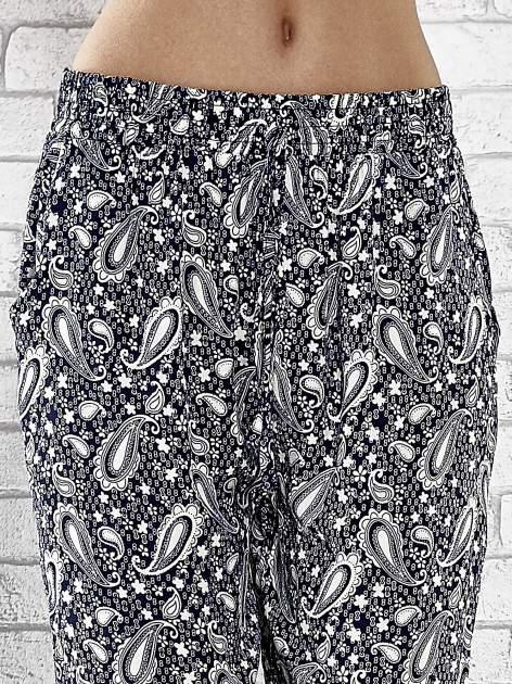 Niebieskie zwiewne spodnie alladynki we wzór paisely                                  zdj.                                  5