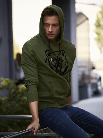 Oliwkowa bluza męska z kapturem i nadrukiem niedźwiedzia                                  zdj.                                  1