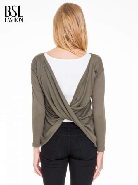 Oliwkowa bluzka z kopertowym dekoltem na plecach                                  zdj.                                  4