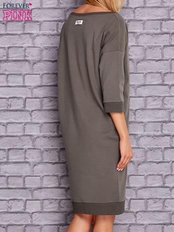 Oliwkowa sukienka oversize ze ściągaczem                                  zdj.                                  4