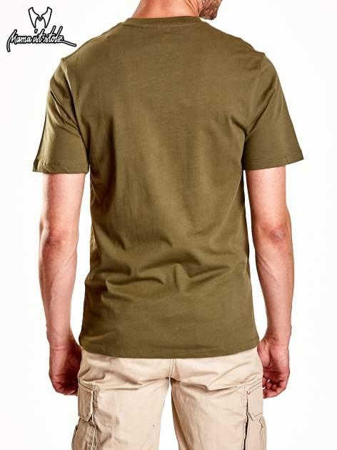 Oliwkowy t-shirt męski z nadrukiem moro                                  zdj.                                  7