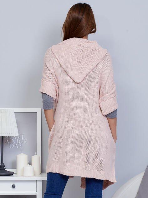 Otwarty sweter z warkoczowym wzorem i kapturem różowy                              zdj.                              2
