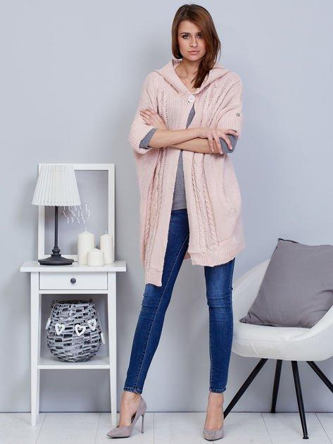 Otwarty sweter z warkoczowym wzorem i kapturem różowy                              zdj.                              4
