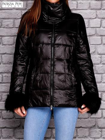 PATRIZIA PEPE Czarna kurtka z futrzanym wykończeniem rękawów                                  zdj.                                  1