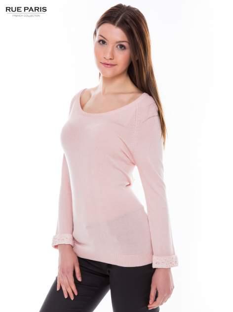 Pasteloworóżowy sweter z długim rękawem wykończonym koronkowym mankietem                                  zdj.                                  2