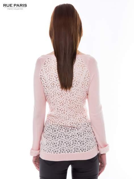 Pasteloworóżowy sweter z długim rękawem wykończonym koronkowym mankietem                                  zdj.                                  3
