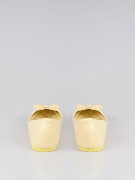 Pastelowożółte lakierowane baleriny Gem z błyszczącą kokardą                                  zdj.                                  3